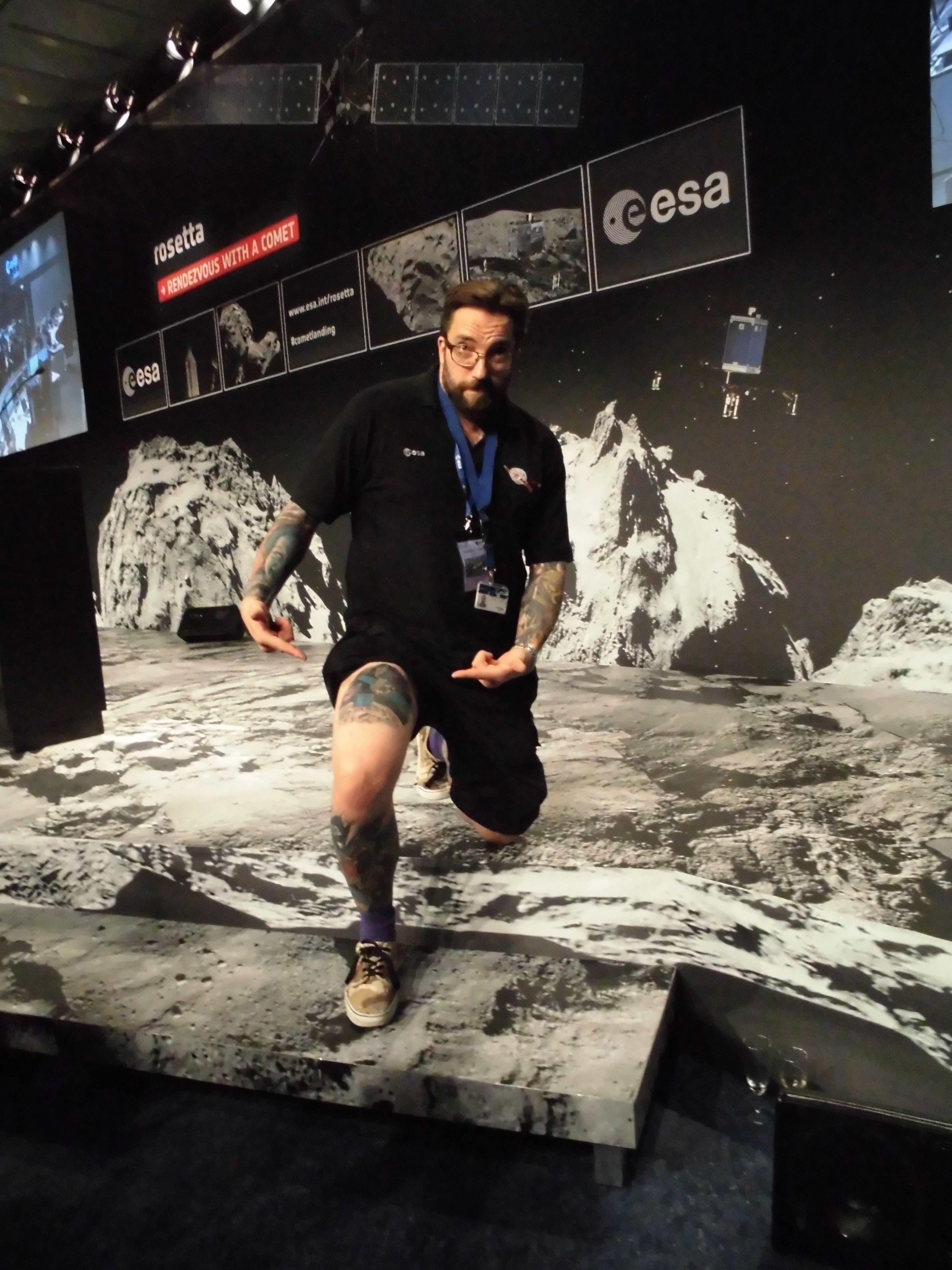 Matt Taylor zeigt in gehobener Laune seine Tatoos, darunter jenes auf seinem rechten Oberschenkel von Rosetta