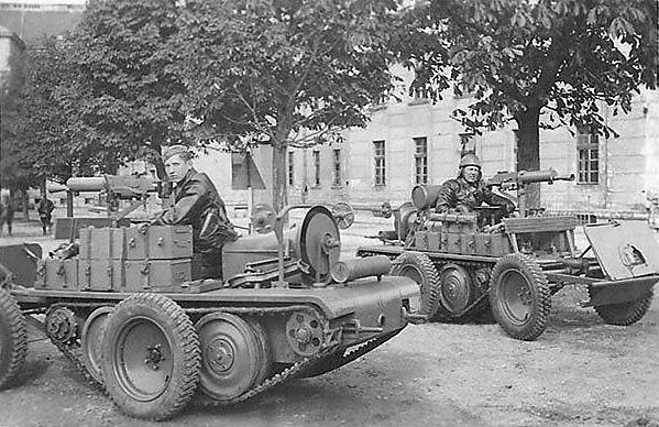"""In Österreich entstanden in der Zwischenkriegszeit allerhand interessante bis schräge Fahrzeuge, etwa die """"ADMK"""" (Austro-Daimler Motorkarretten), das waren offene Fahrzeuge bzw. Zugmaschinen, die sowohl mit Ketten als auch Rädern fahren konnten, hier Versionen als MG-Träger."""