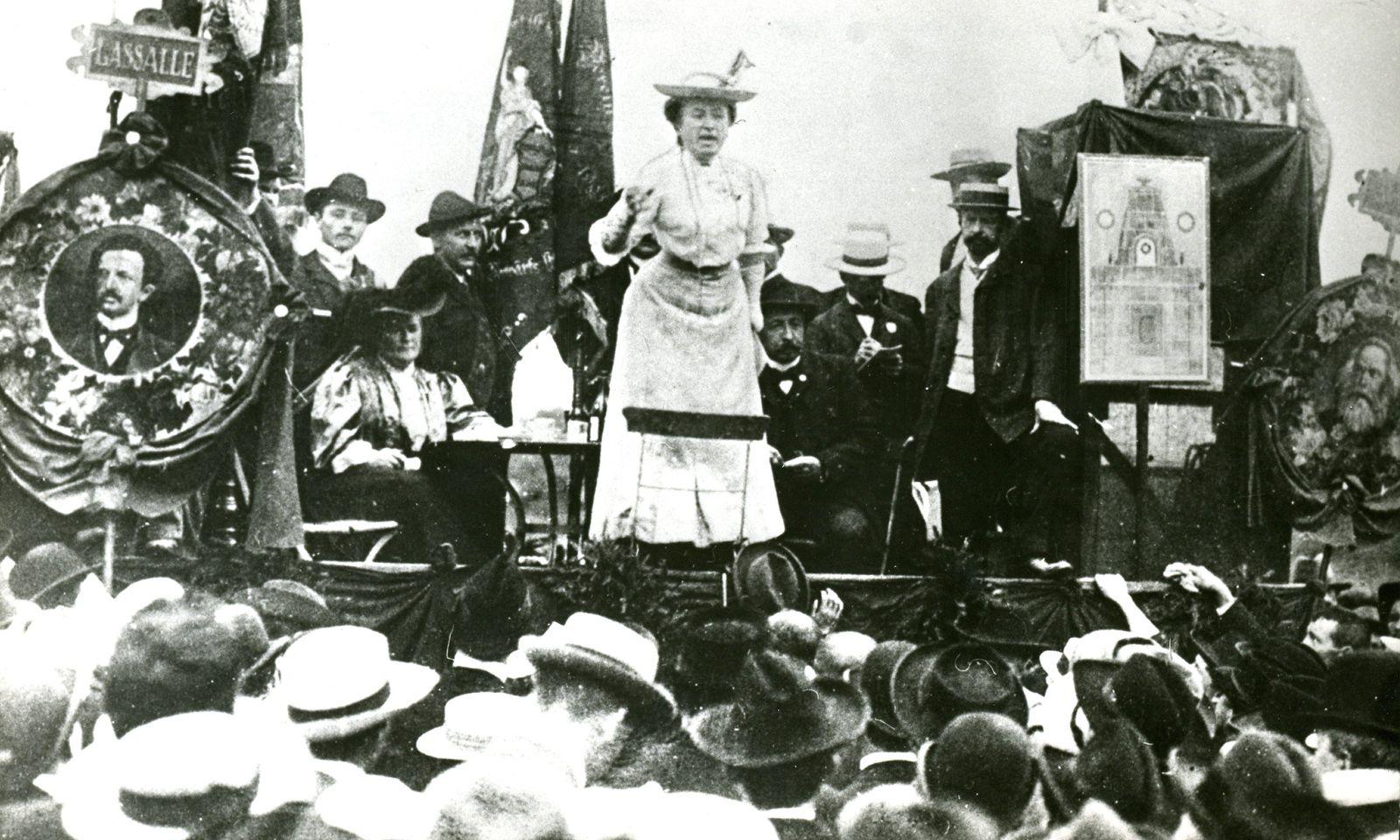 Rosa Luxemburg bei einer Rede.