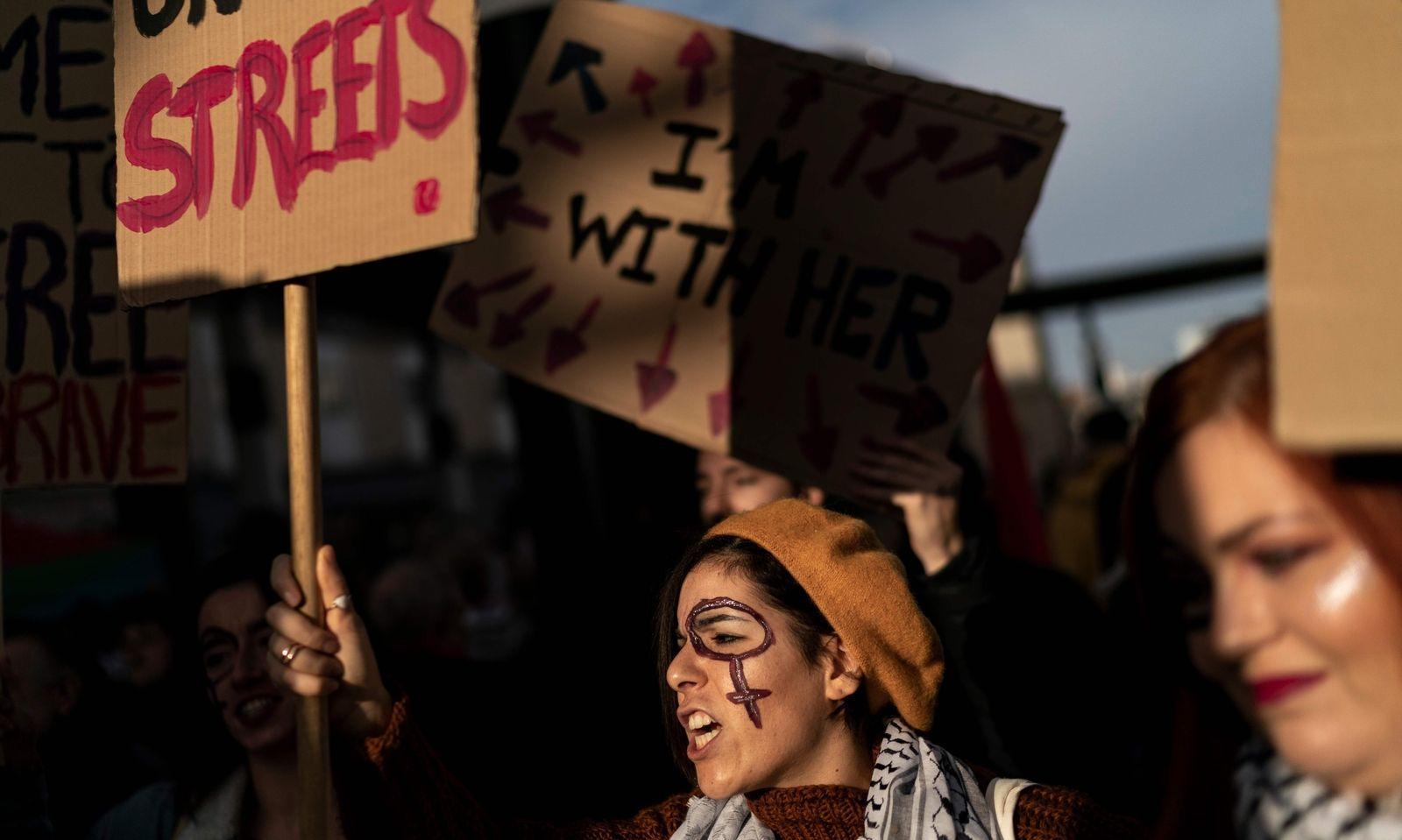 Am Internationalen Tag gegen Gewalt an Frauen und Mädchen gingen weltweit - hier in Brüssel - Menschen auf die Straße.