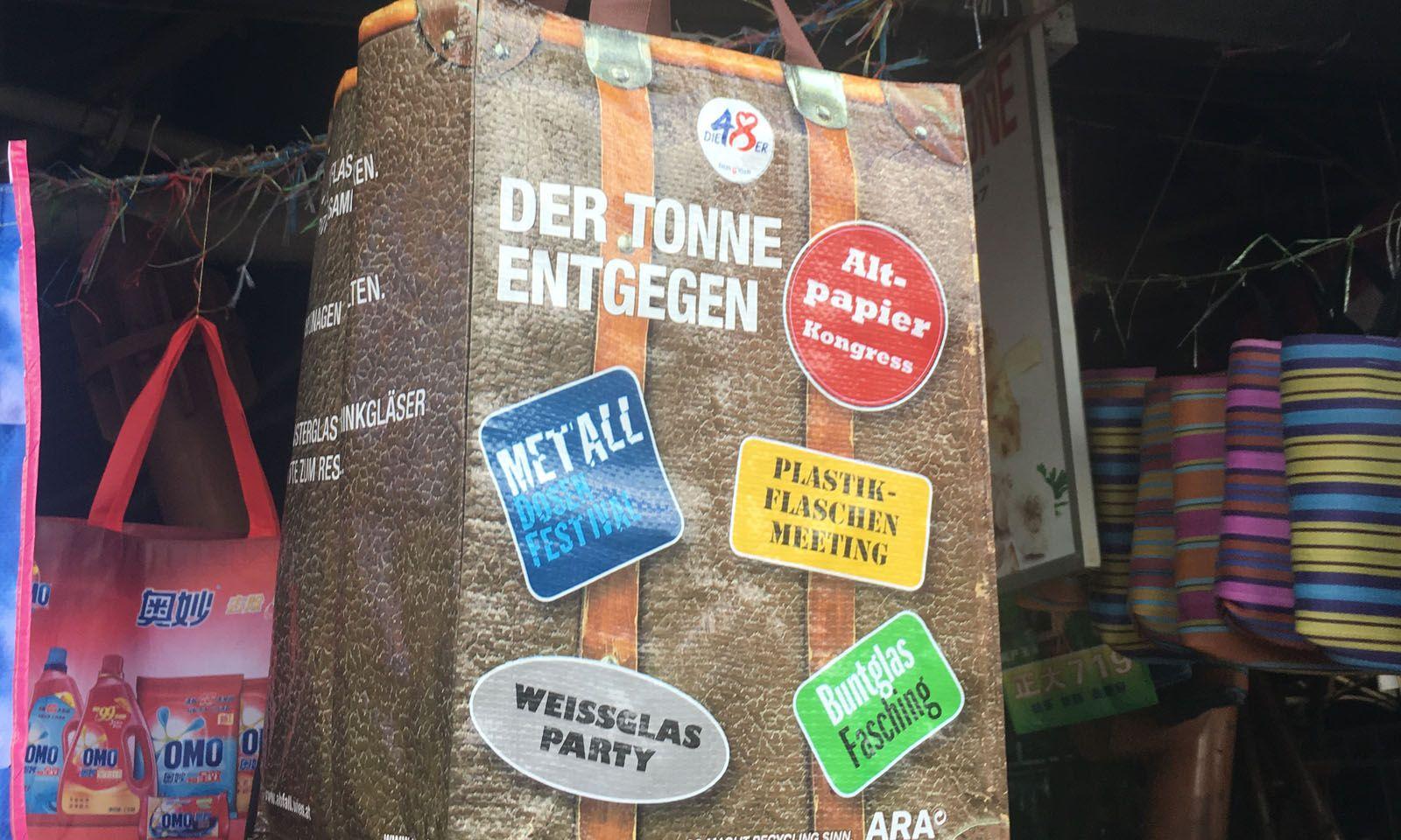 Auf Märkten finden sich auch Skurrilitäten wie eine Tasche der Wiener MA48, die nun Mauritier zur Mülltrennung auffordert.