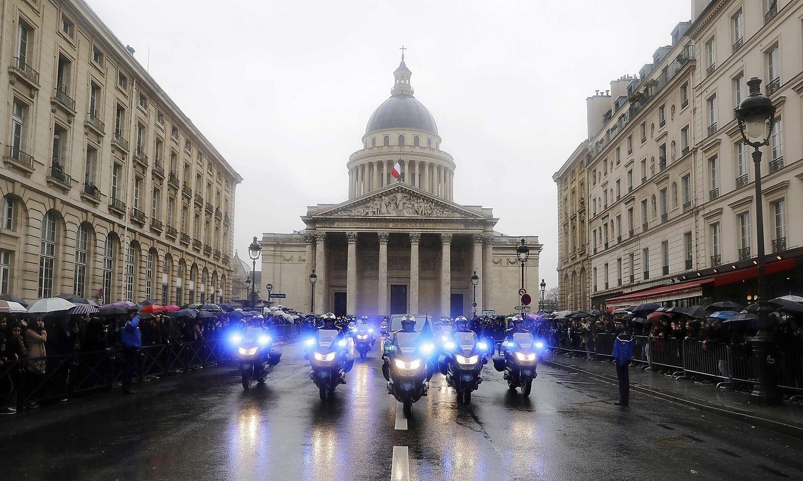 Motorradeskorte für Beltrames Sarg beim Verlassen des Pantheons