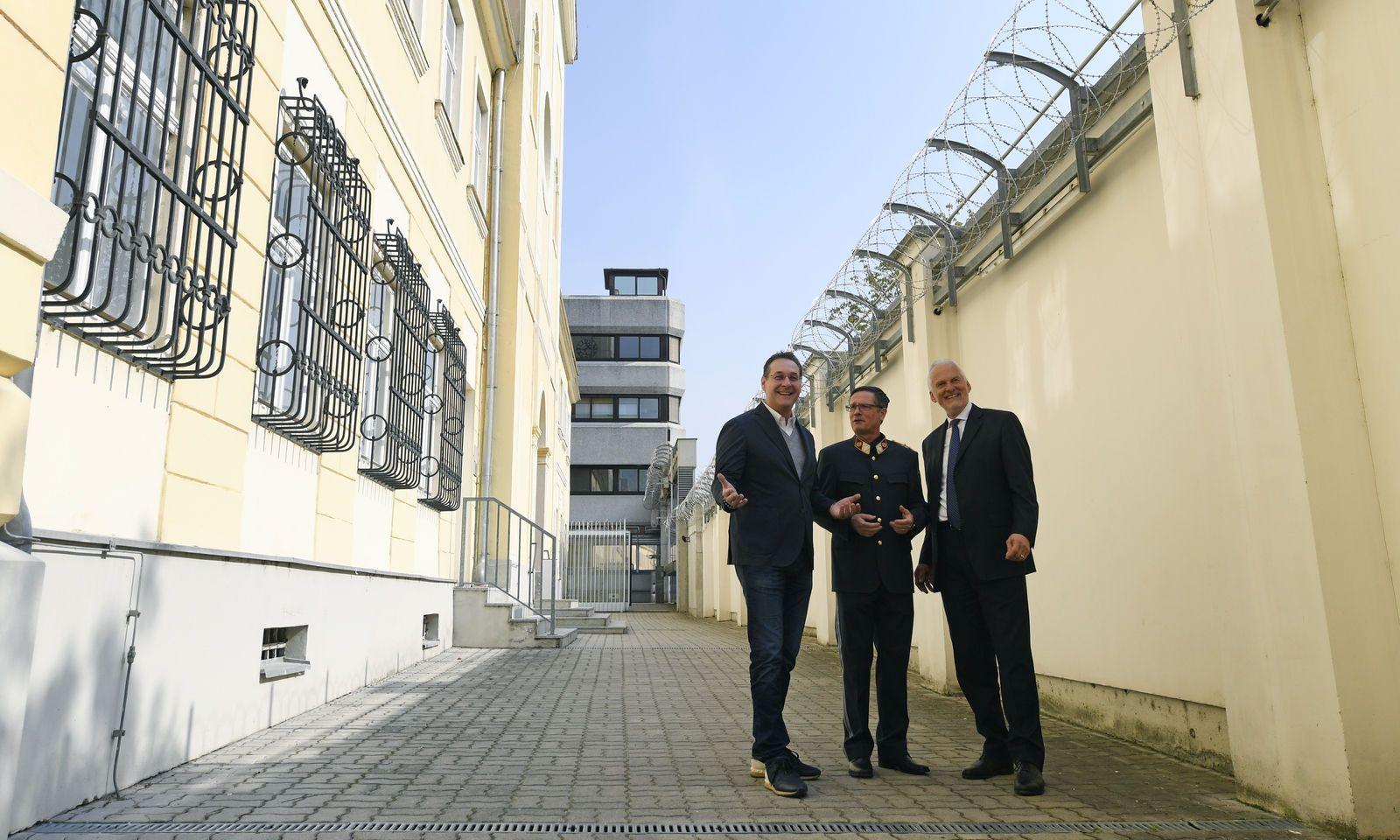 Vizekanzler Heinz-Christian Strache (FPÖ), Christian Timm (Leiters der Justizanstalt Stein) und Justizminister Josef Moser