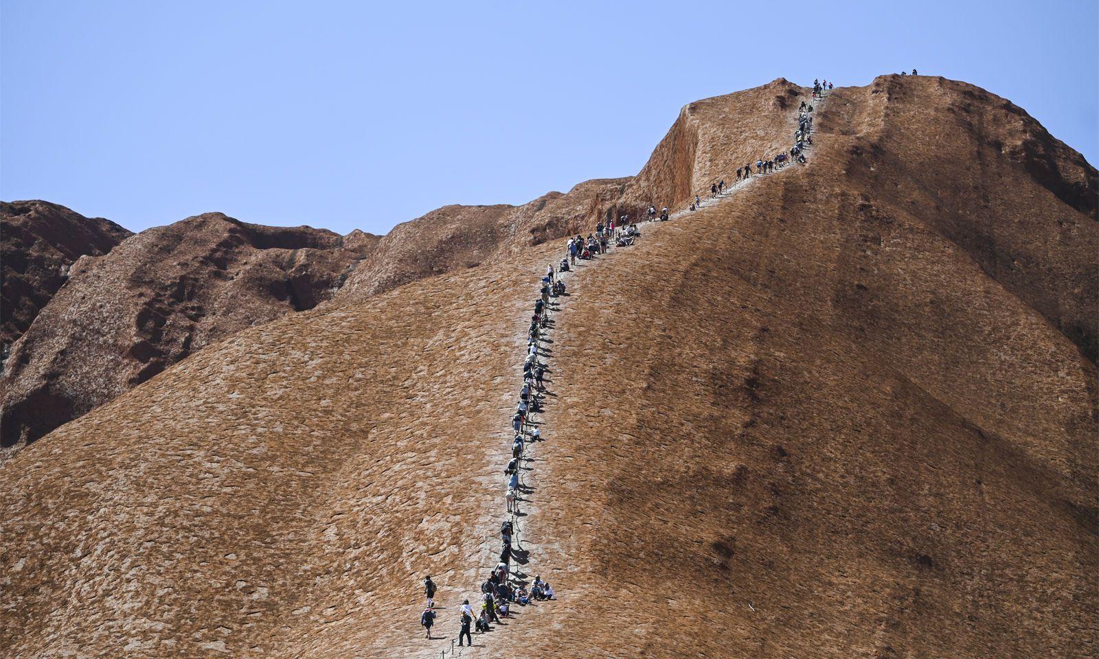 Der weltberühmte Uluru-Felsen (früher: Ayers Rock) ist ab sofort für Touristen gesperrt. Hunderte Menschen nutzten ihre letzte Chance zur Erklimmung.
