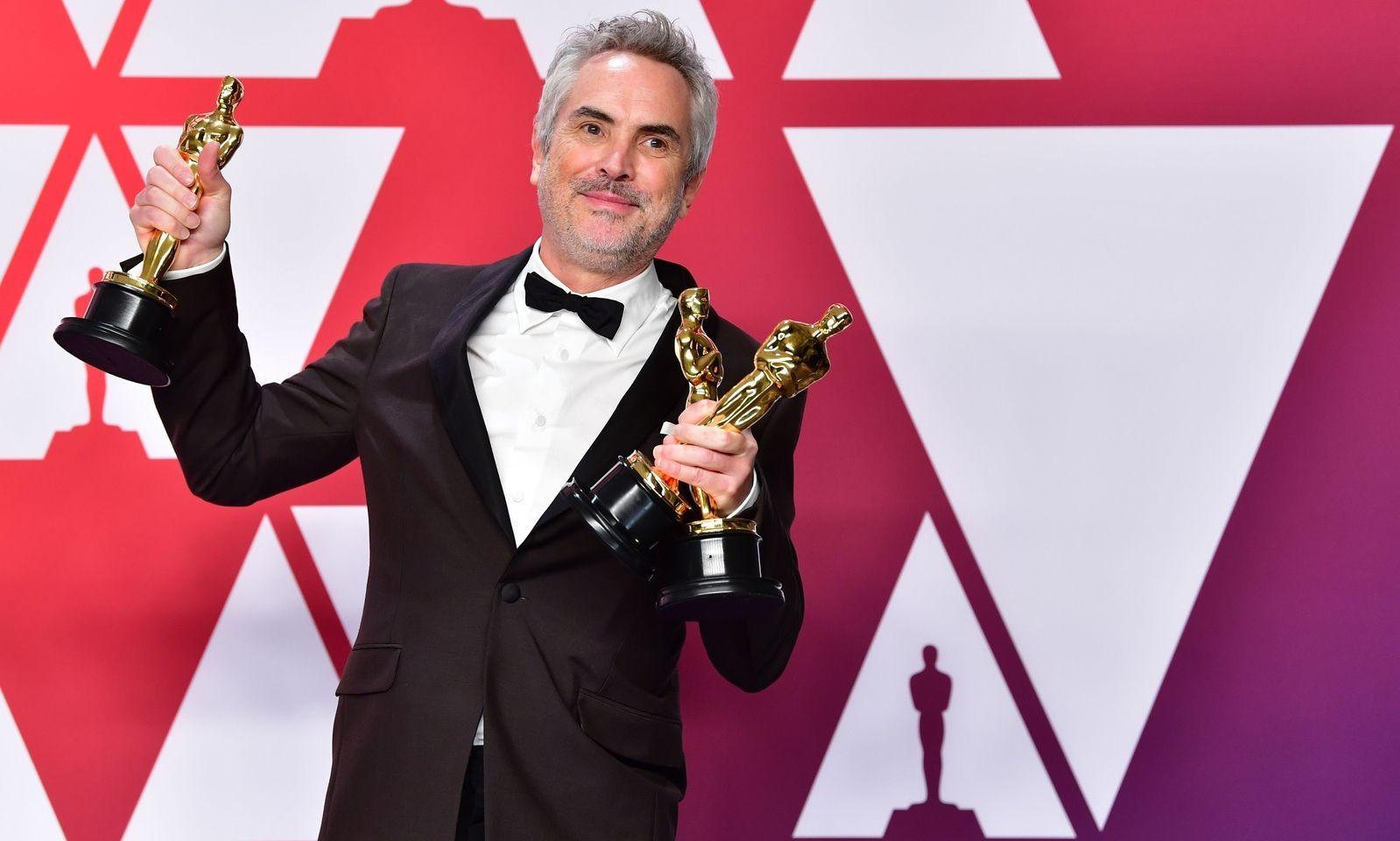 Alfónso Cuaron hält drei Oscars in Händen.