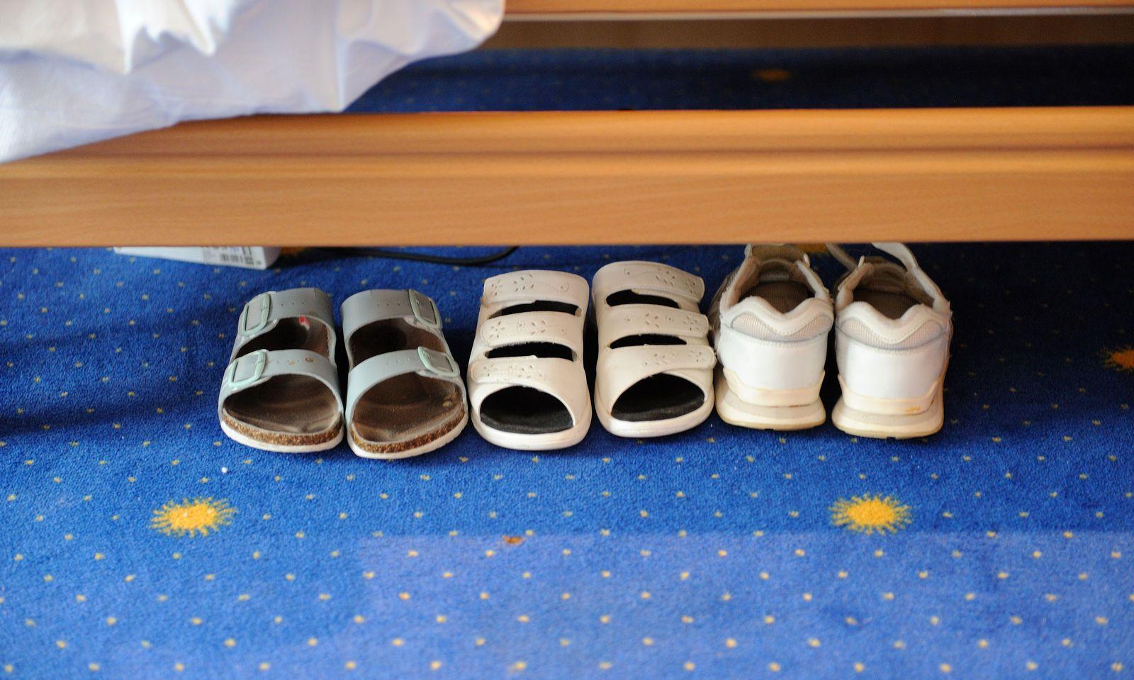 Symbolbild: Schuhe von Pflegern