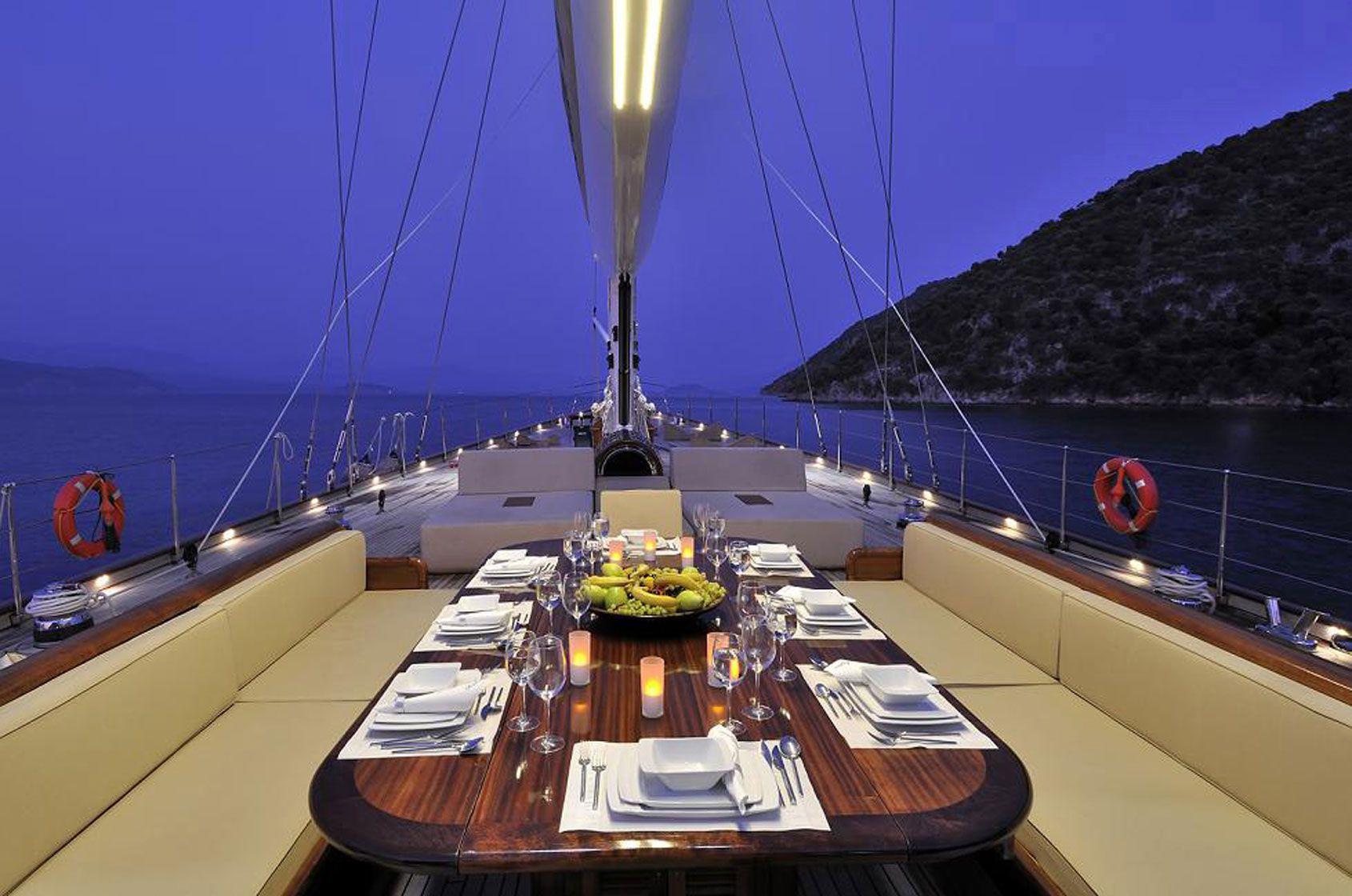 Auf dieser Yacht schipperte 007 Daniel Craig mit seinem Bond-Girl.
