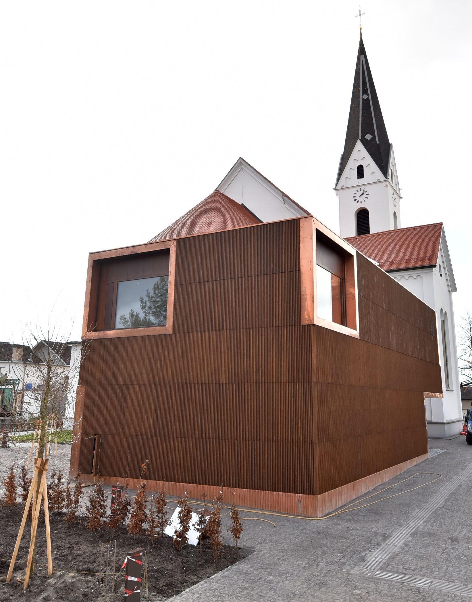 Sichtbeton und Eichenholz kamen für den Bau des neuen Pfarrheims zum Einsatz.