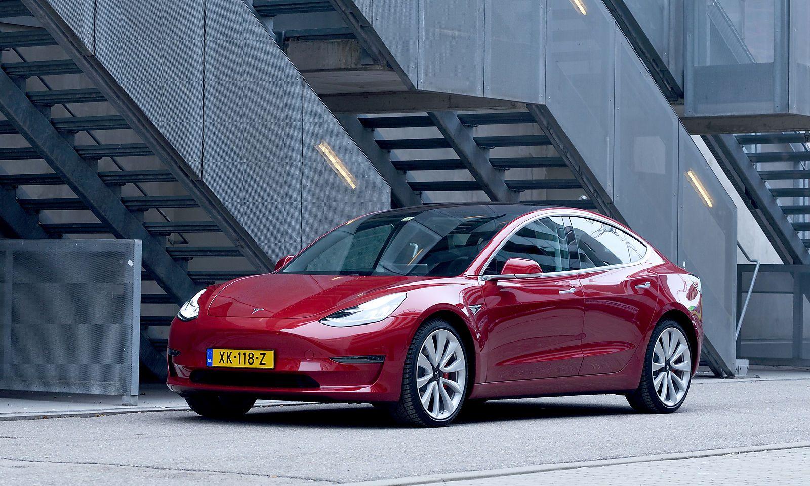 Der Tesla in Rot. Zu bekommen ist das Model 3 in Schwarz (Standardfarbe), Grau, Blau, Weiß und Rot. Das Glasdach ist fest verbaut, also kein Schiebedach.