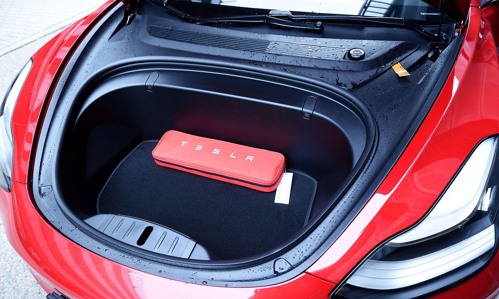 """Der sogenannte """"Frunk"""". Der vordere Kofferraum bietet schon etwas Platz."""