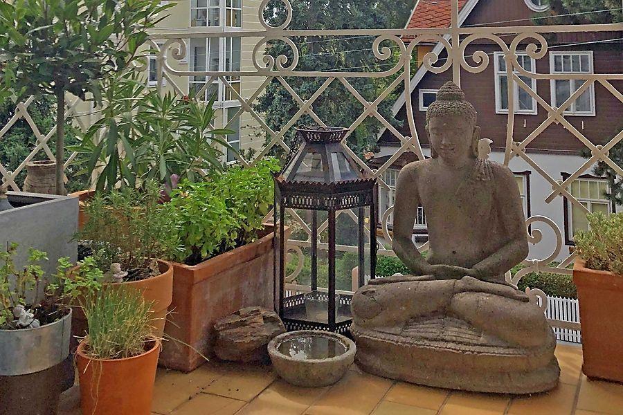 Kleiner Balkon mit Statue.