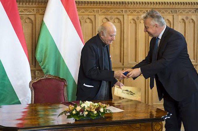 Pater Boulad erhält das Staatsbürgerschaftsdokument von Vizepremier Zsolt Semjén im Parlament