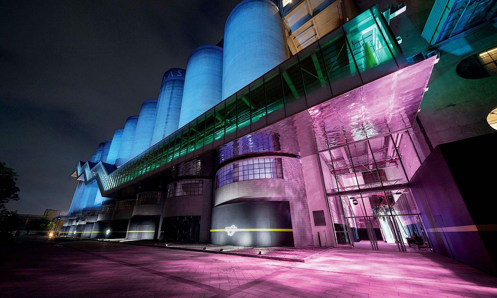 Neunutzung. Die Show fand in einer umgebauten Werft am Huangpu-Fluss statt.