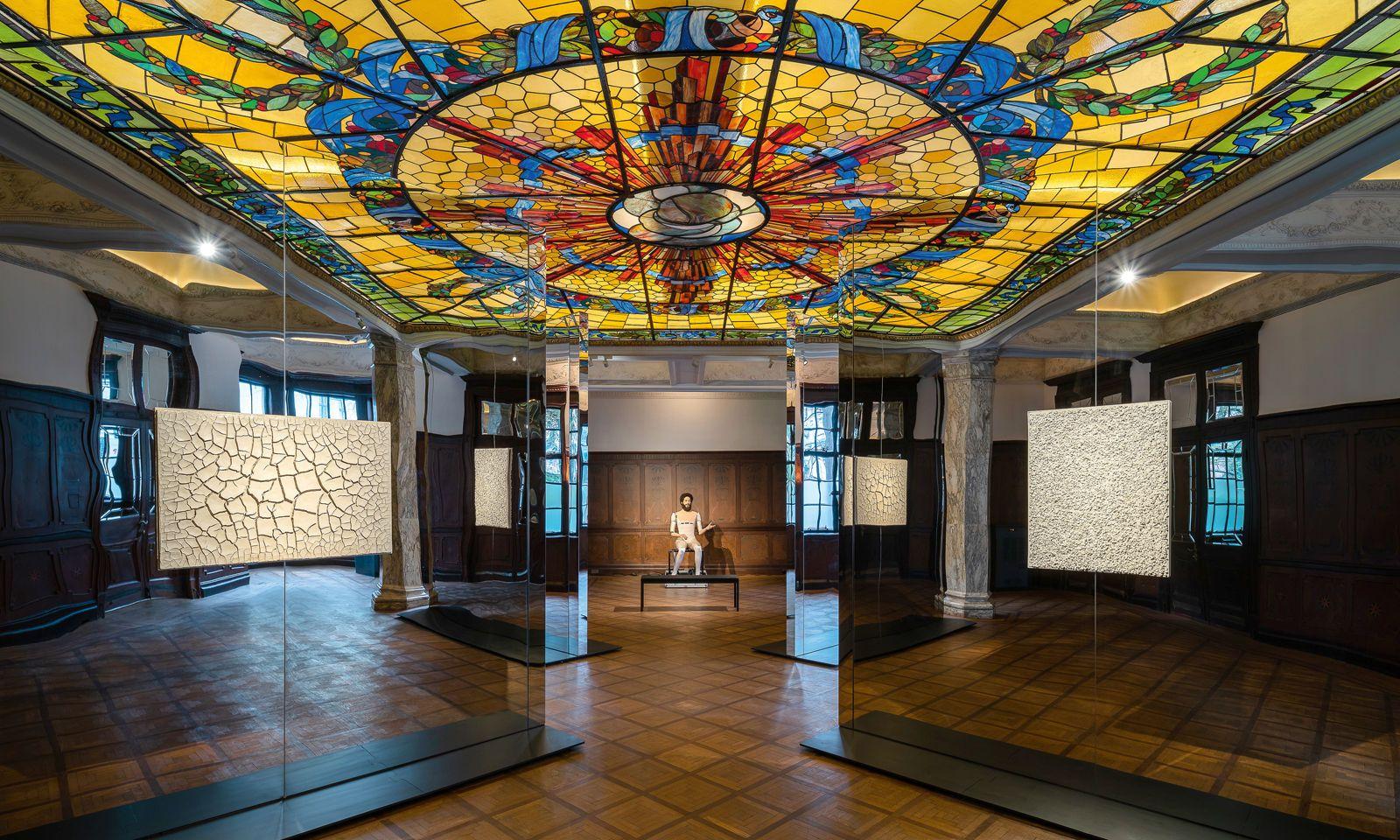 Dialog. Die aktuelle Installation von Goshka Macuga im Prada-Kunstraum.