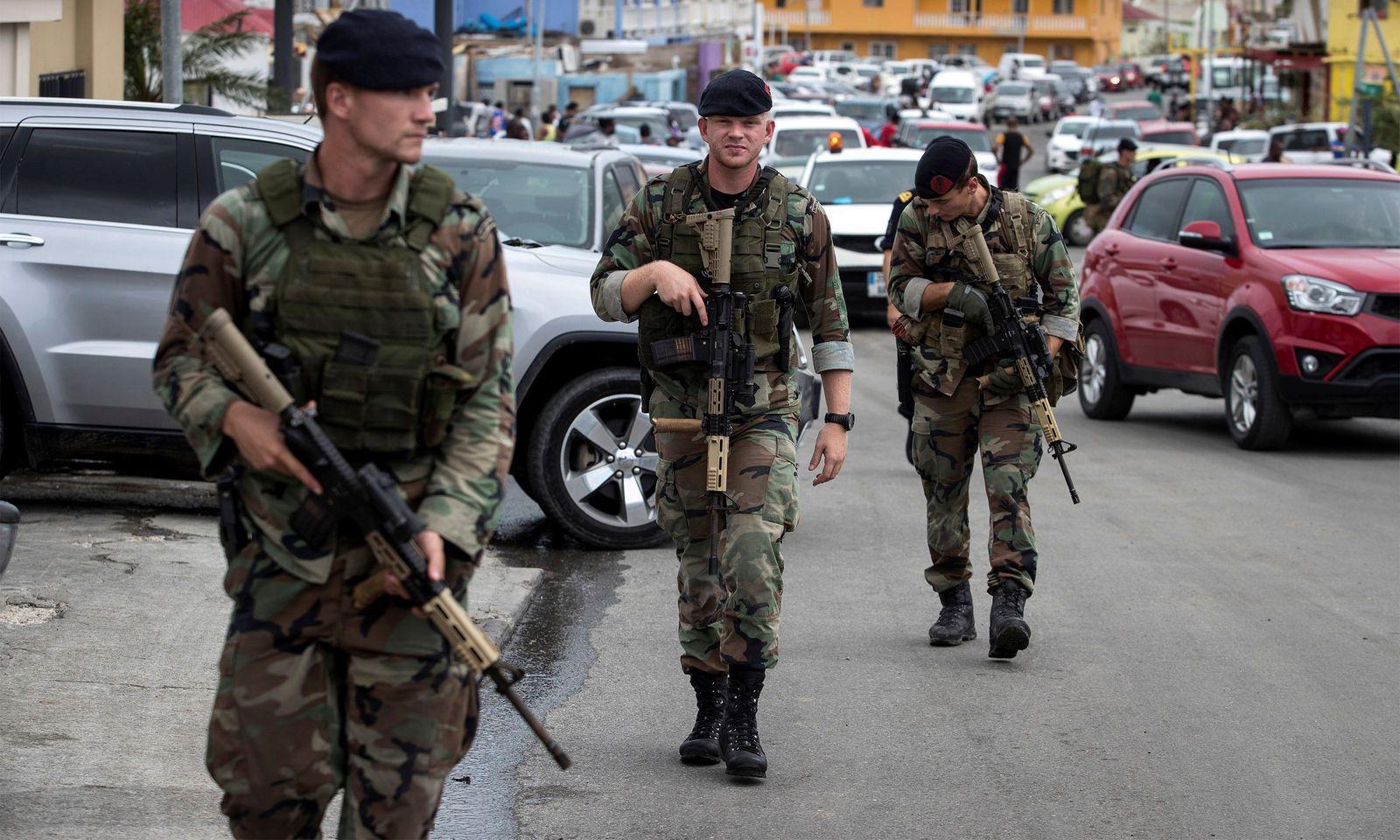 Niederländische Soldaten patrouillieren auf Sint Maarten.