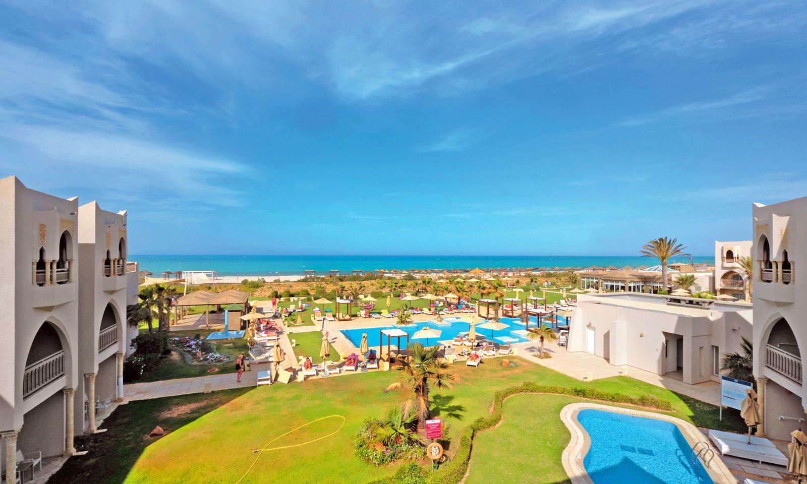 Badeurlaub. Die Küste säumen Hotelanlagen, hier das Blue Palm Beach.