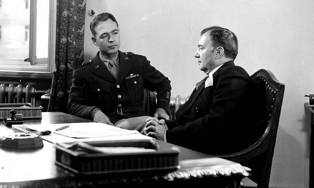 Der prägende Mann des Prozesses: US-Chefankläger Robert H. Jackson (r.) mit seinem Assistenten und Nachfolger Telford Taylor