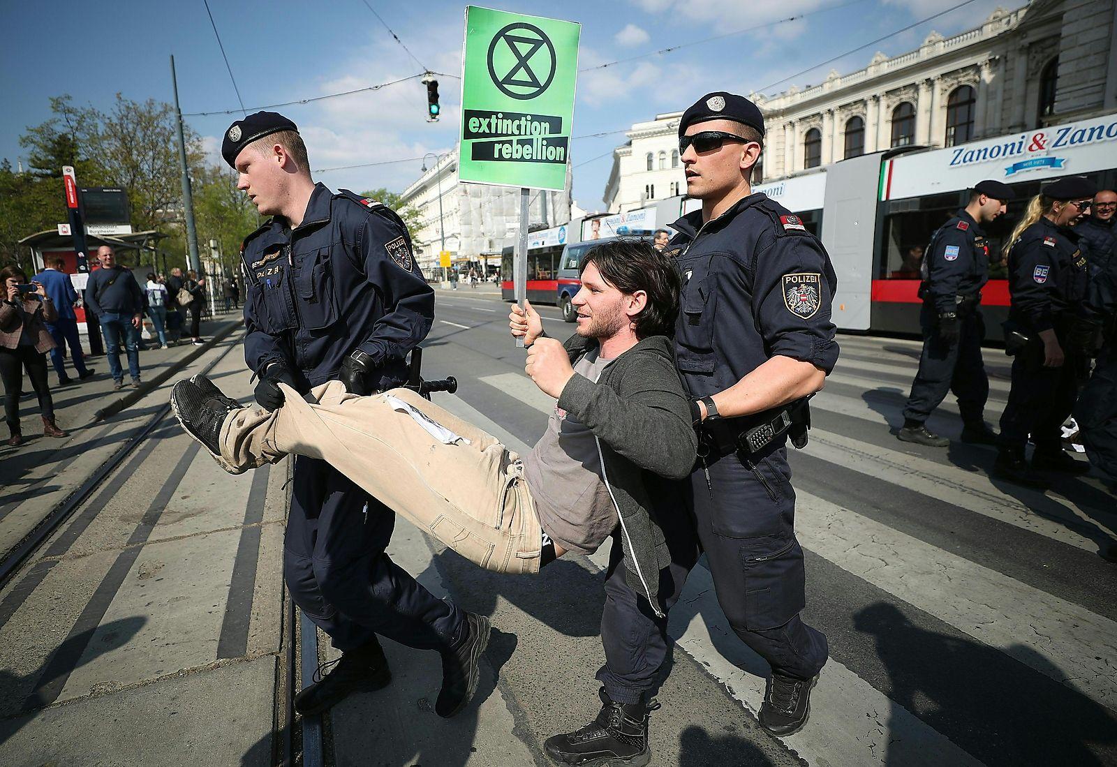 Nach einer Dreiviertelstunde trugen die Polizisten die Demonstranten weg.