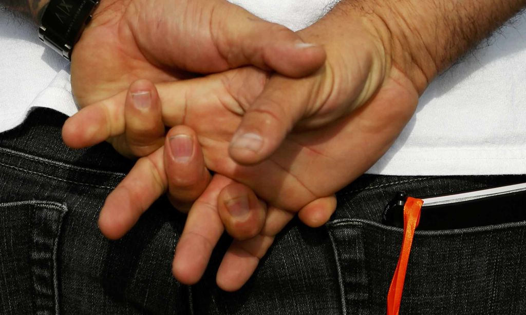 Hinter rücken mann hände körpersprache dem Körpersprache Mann