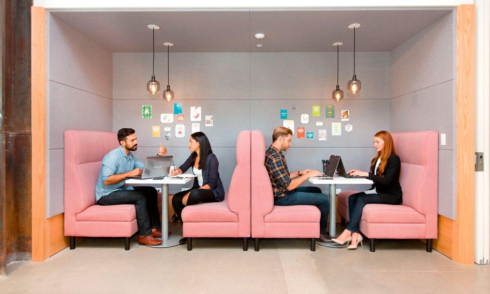 Dezente Geräuschdämmumg: Wände und Möbel aus strukturiertem Material finden sich in Büros immer häufiger.