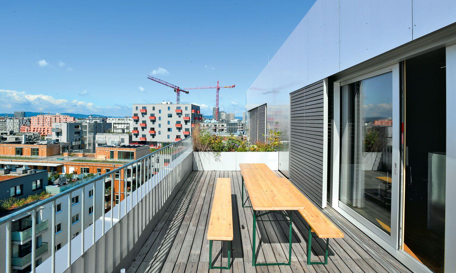 Balkone und Terrassen ermöglichen flexible Ortswechsel im Büro. Hier der Blick über das entstehende Sonnwendviertel im 10. Wiener Bezirk.