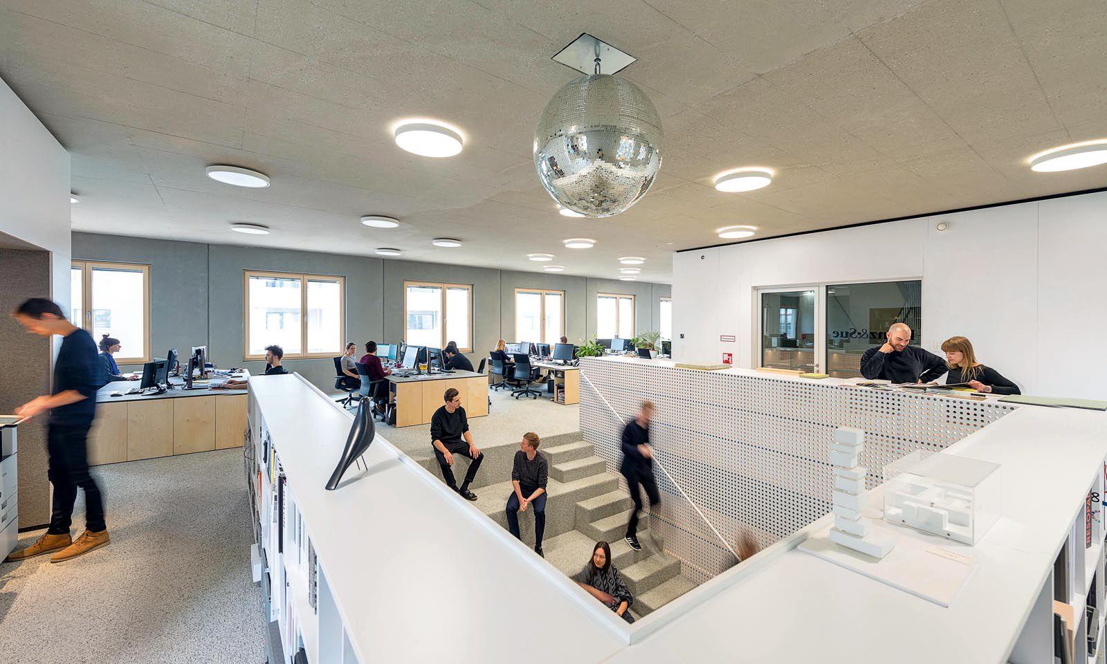 Blick vom oberen Stockwerk des Architekturbüros Franz&Sue, das im Stadtelefant zwei Ebenen als miteinander verbundene Büroräume nutzt.