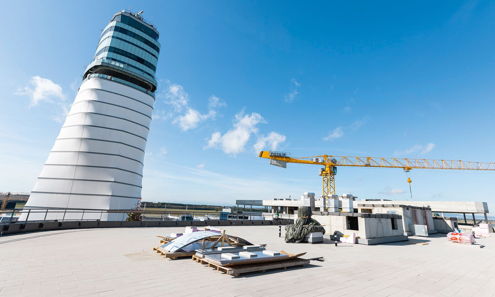 Der Office Park 4 am Wiener Flughafen wächst: Blick von der Dachterrasse des Rohbaus, der ab Mai 2020 26.000 m² Flächen bietet.