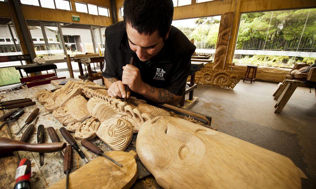 Traditionell. Jede Skulptur hat eine individuelle Form und Maserung, ihr eigenes Gesicht.