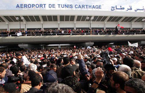 Hunderte empfangen Rached Ghannouchi am Flughafen von Tunis