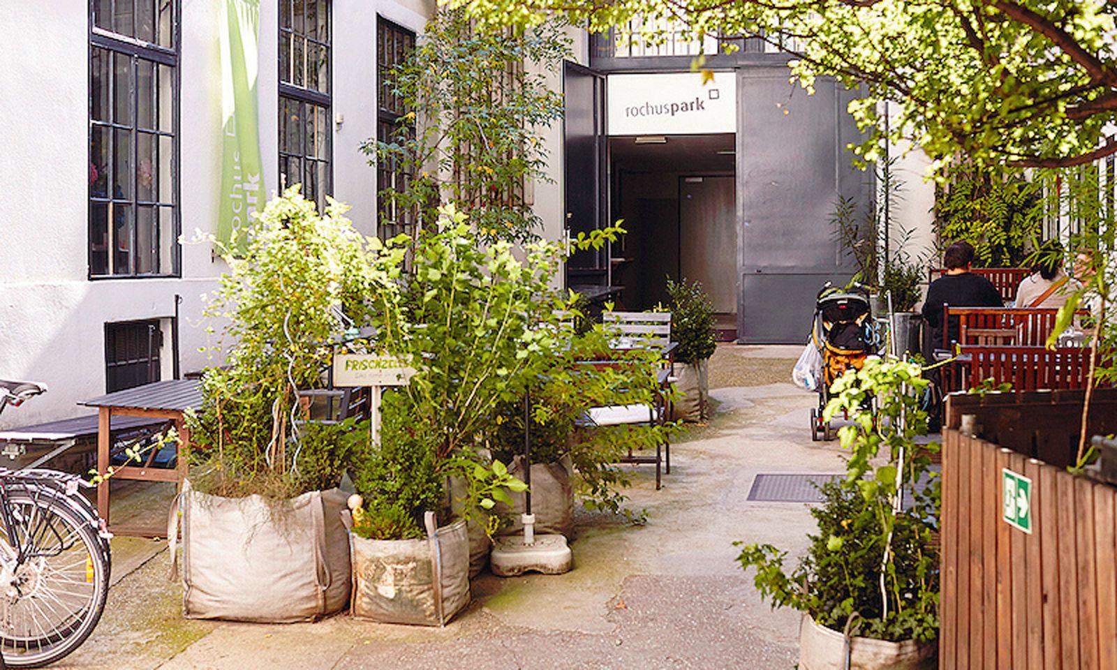 Gemütliche Ecke 2: Der grüne Eingangsbereich zum Rochuspark in Wien Landstraße wird auch als Kommunikationsort genutzt.
