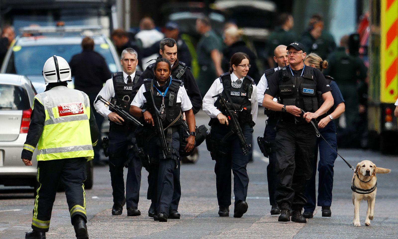 Schwer bewaffnete Polizisten patrouillieren am Sonntag im Bereich um die London Bridge und den Borough Market. Die Londoner Polizei wird als Reaktion auf die Terrorattacken ihre Präsenz in der britischen Hauptstadt in den nächsten Tagen verstärken.