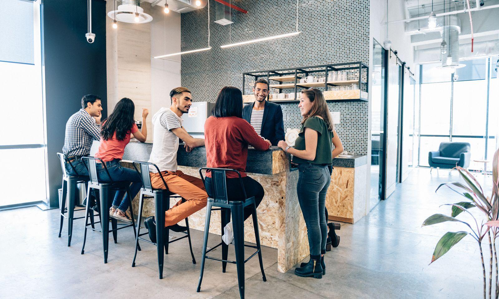 Wie einst ums Feuer, schart man sich heute um die Kaffeemaschine. Auch Drucker oder Aufzüge werden gewollt als Gesprächsorte inszeniert. genutz