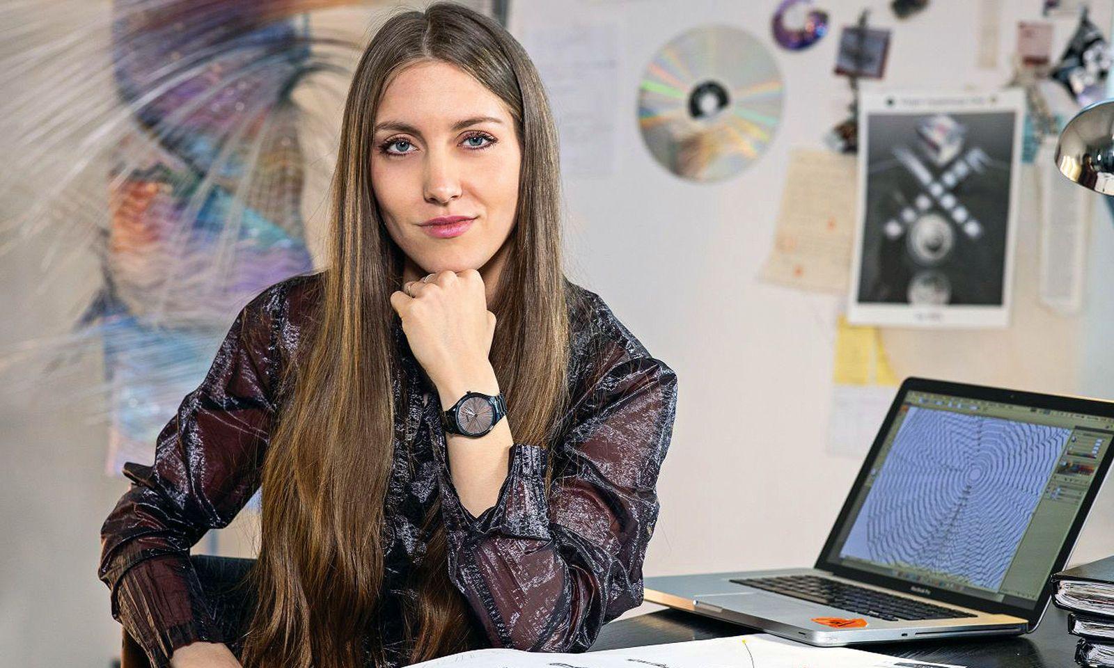 """Auffallend. Die Rado """"True Thinline Deep Web"""" der Designerin Flora Miranda zeichnet sich durch Drehscheiben als Zeiger aus."""