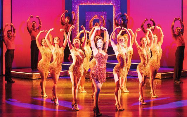 Das Ensemble zeigt beeindruckende Choreographien, auch Hauptdarstellerin Meeden zeigt tänzerische Präzision.