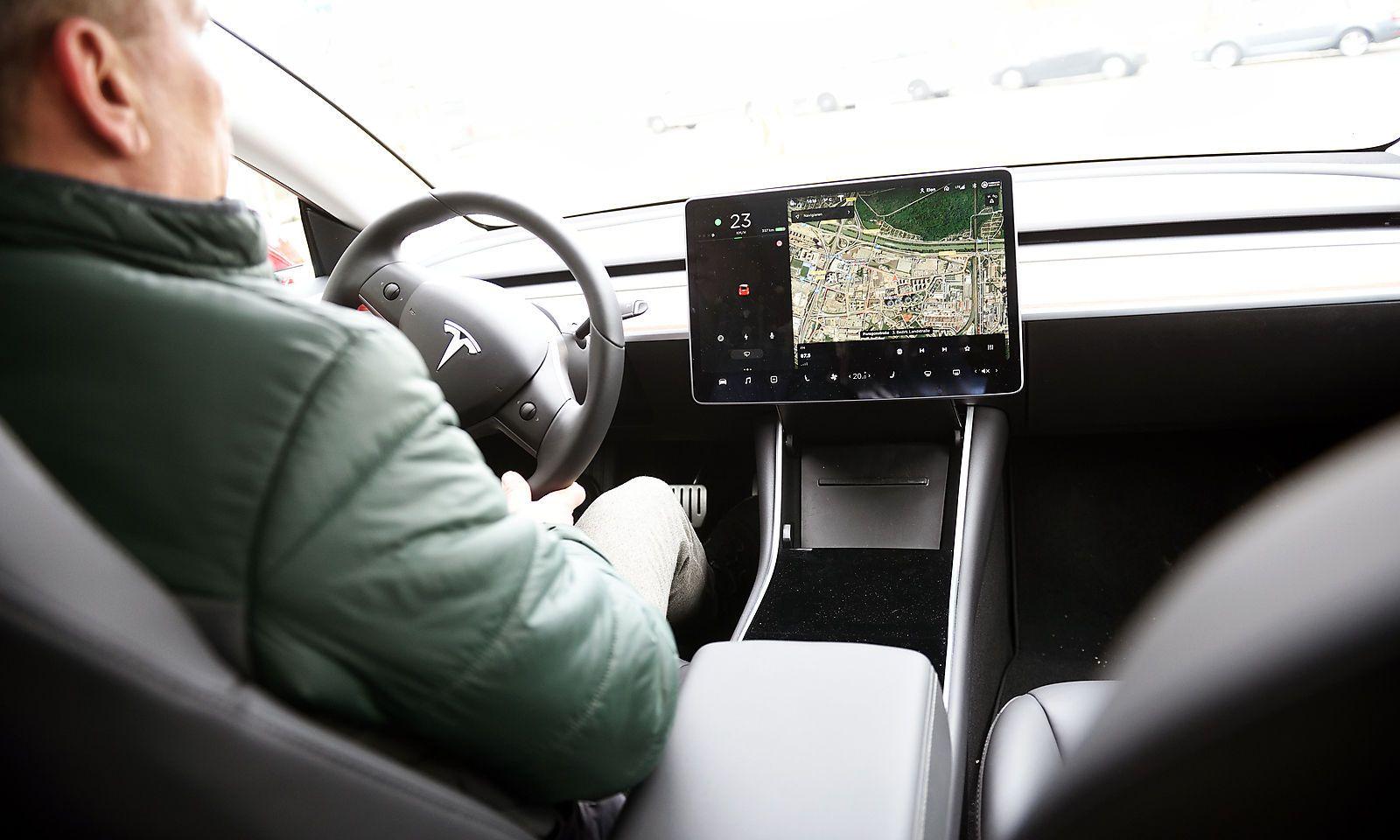 Das puristische Cockpit: Lenkrad, zwei Hebel, ein Monitor.