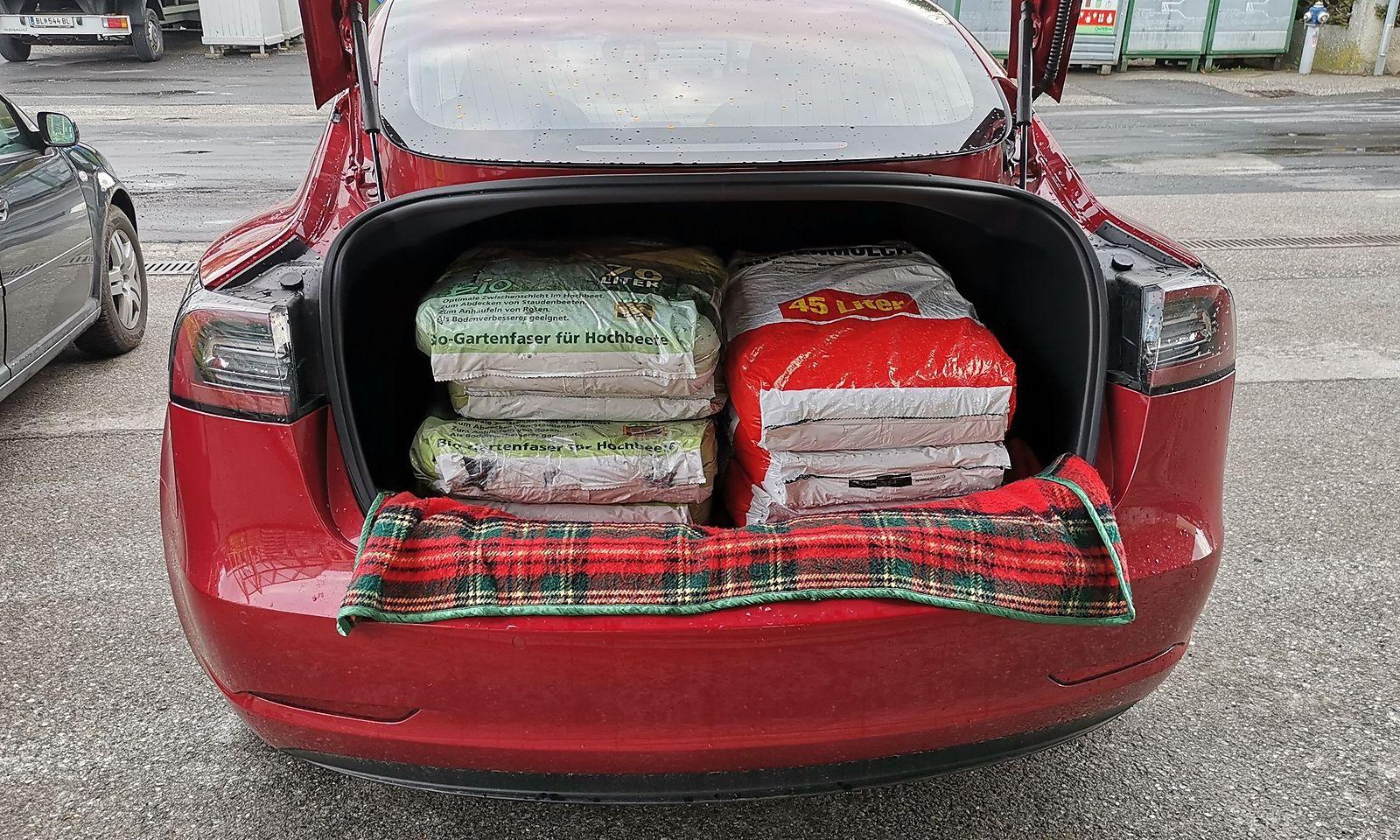 Tesla hin oder her. Der Garten muss frühlingsfit gemacht werden. Auch das muss ein E-Auto können. Da geht schon was rein in den Kofferraum.