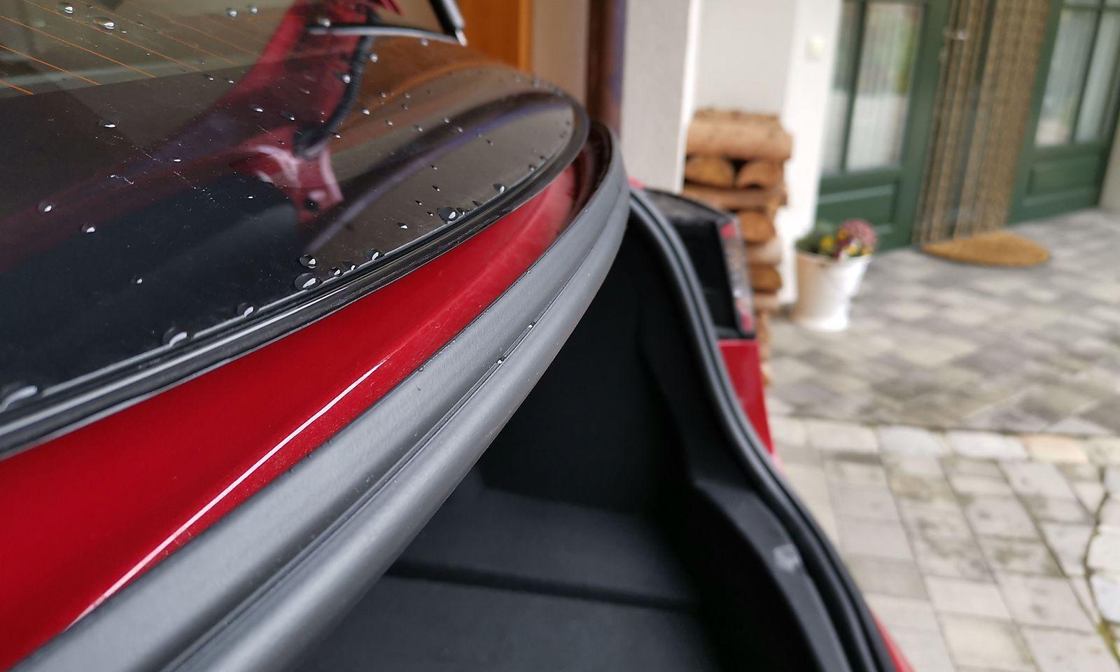 Rinnt das Wasser zu schnell die Heckscheibe hinunter, landet es im Kofferraum.
