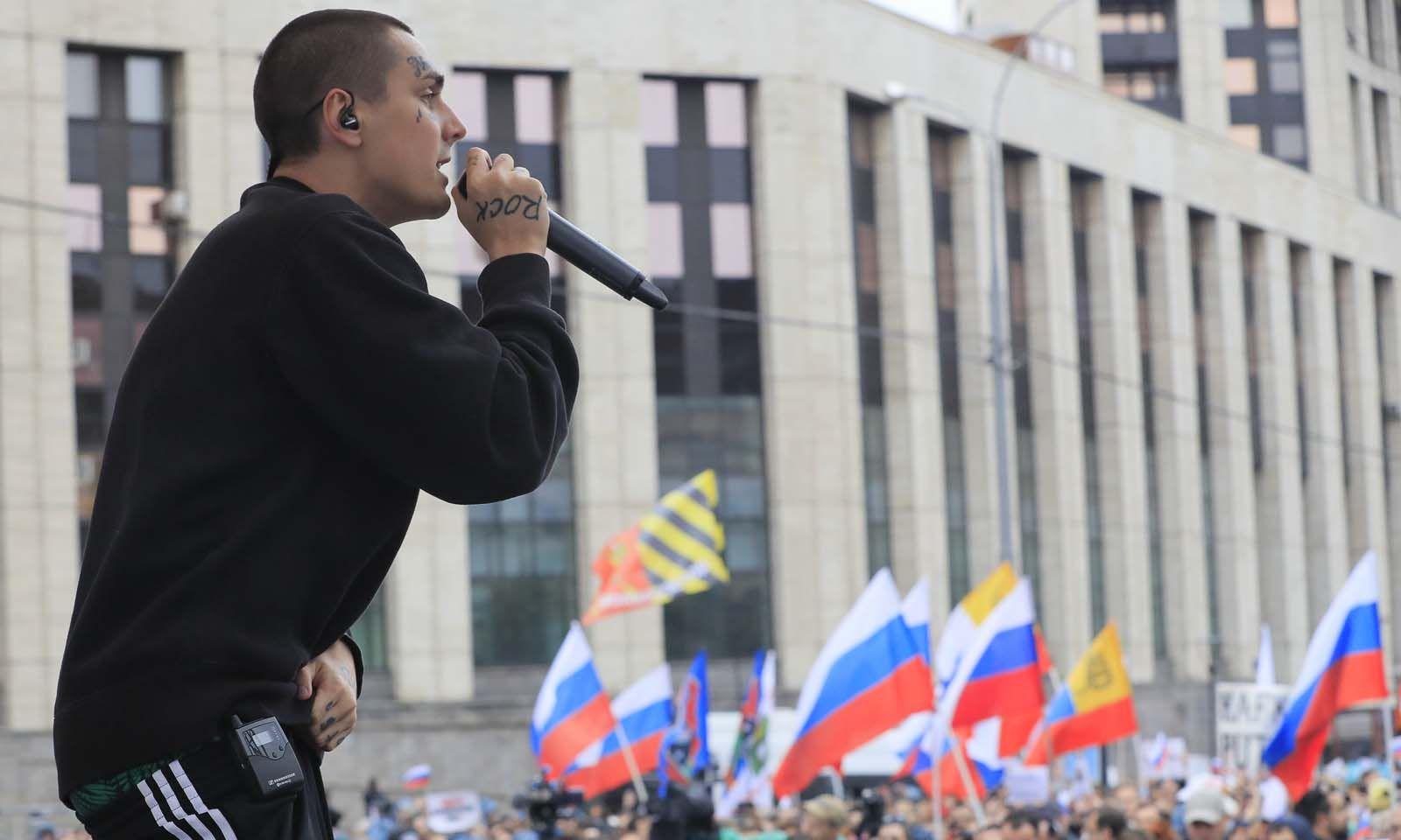 Der russische Rapper Face bei einer Performance während der Proteste.