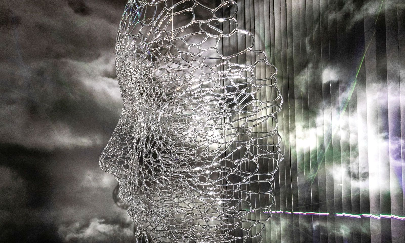 Glaskunst. Mit dem Tiroler Bernd Weinmayer schuf van Herpen diese Maske für den Swarovski-Store.