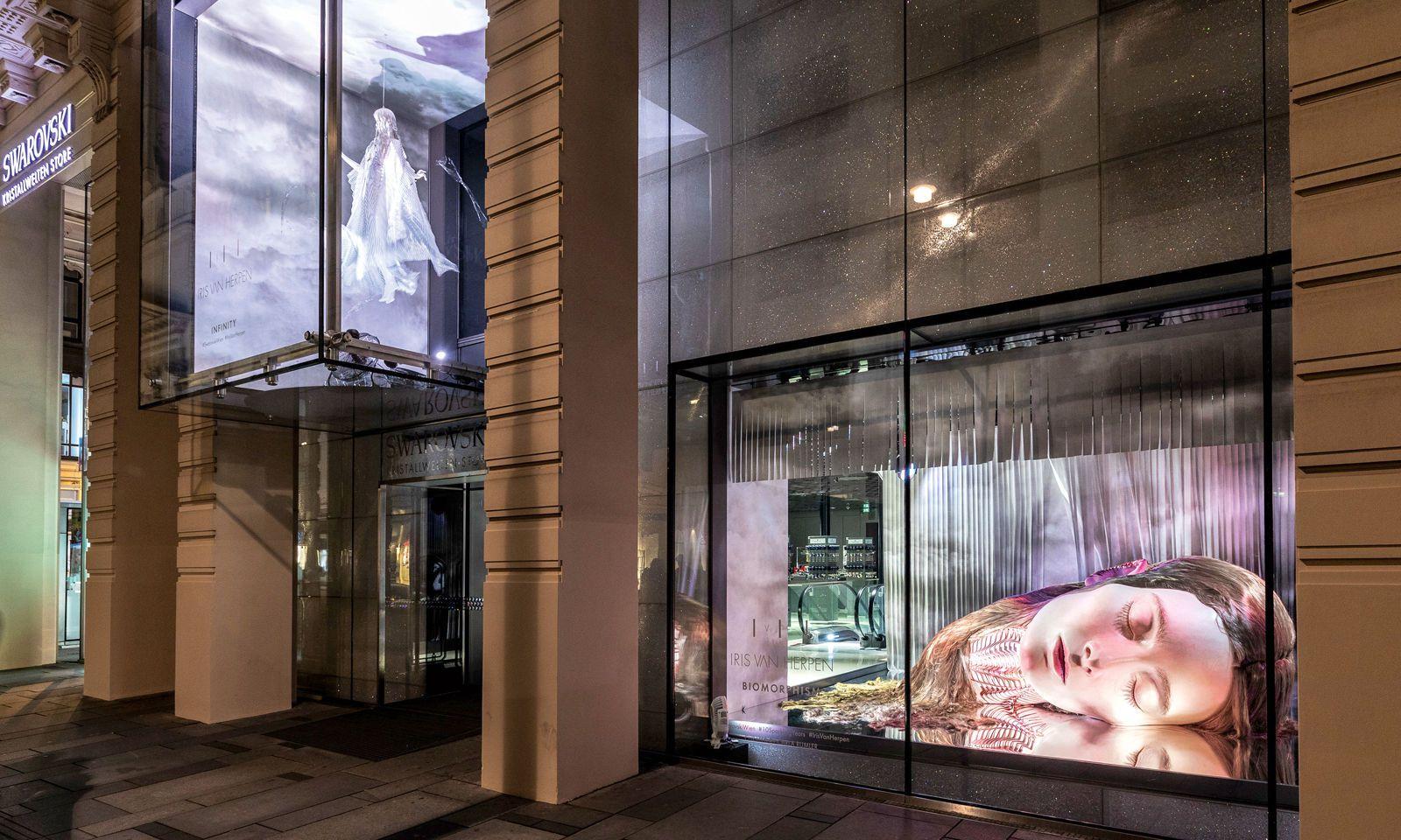 """""""Biomorphism"""". Eine Installation von Iris van Herpen für den Swarovski-Kristallwelten-Store in Wien."""