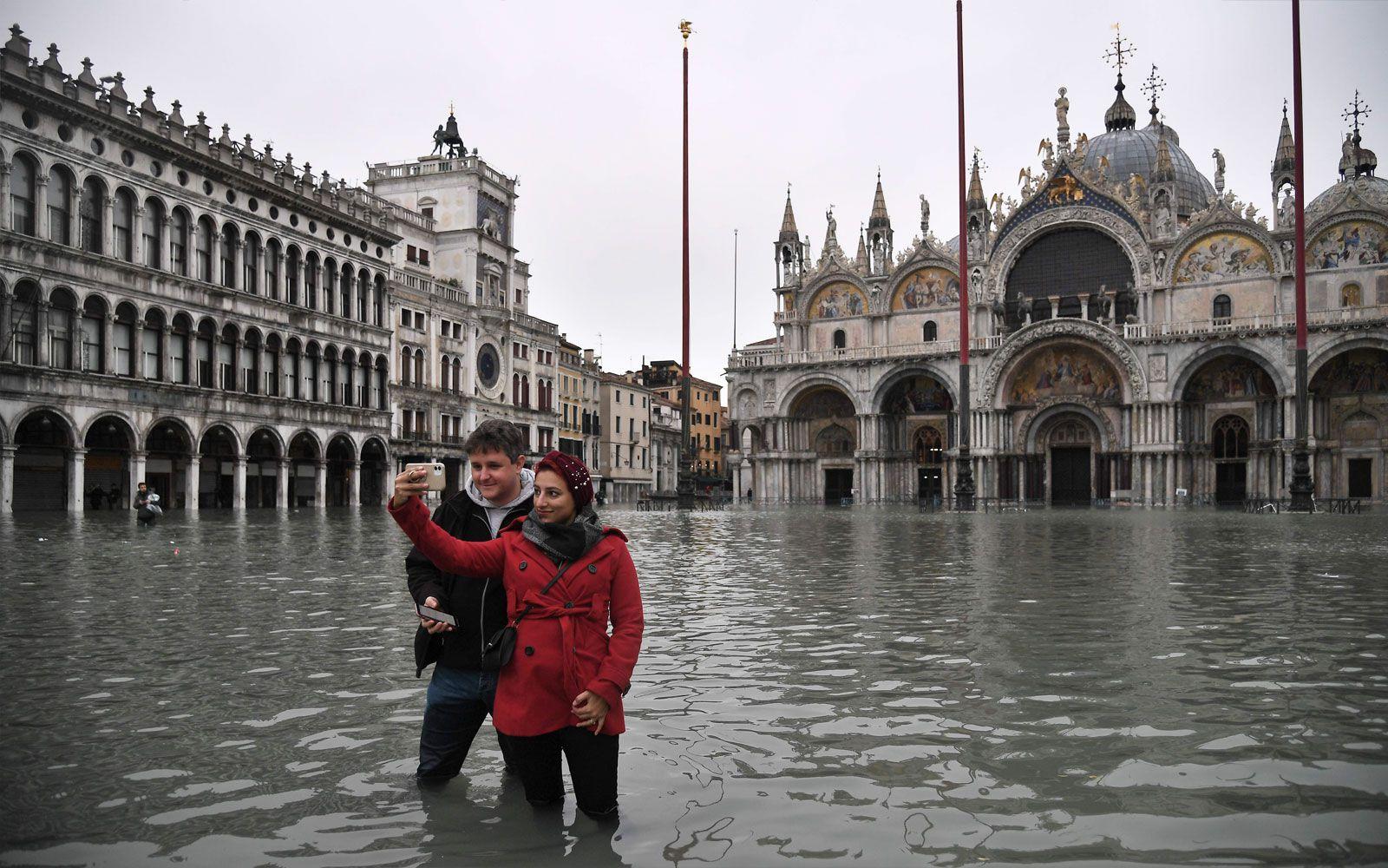 Venedig im Regen: Wassermassen gepaart mit Sturm sorgen für Chaos und Zerstörung. Manche Touristen lassen sich dennoch nicht beirren.