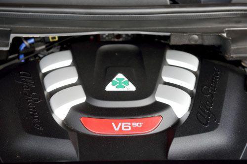 Der 2,9-Liter-V6 stammt von Ferrari. Die 90 Grad Zylinderwinkel sind ungewöhnlich - sie sind auf Ferraris-Achtzylinder als Basis zurückzuführen.