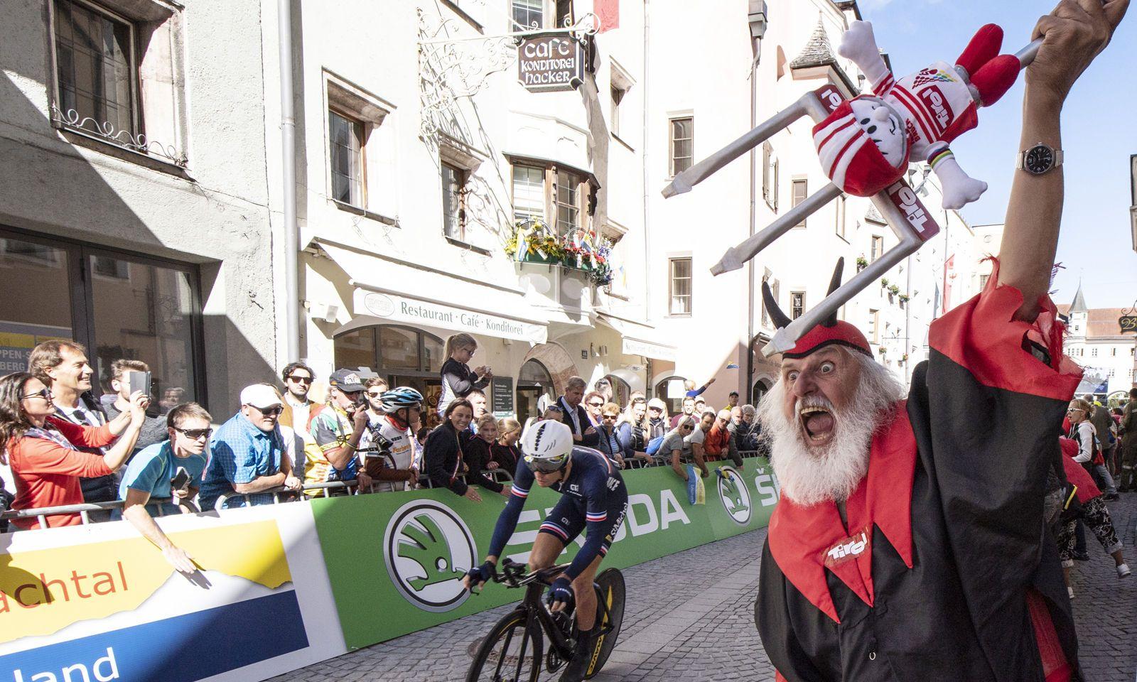 Der Teufel wartet auch in Innsbruck: Didi Senft, der bekannteste Radfan der Welt.