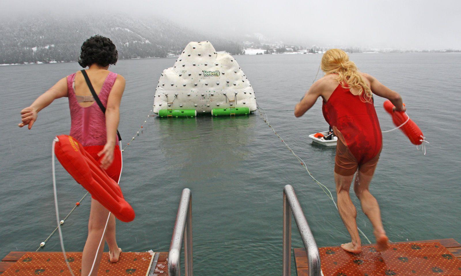 Manche schrecken vor nichts zurück: Silvesterschwimmen im Achensee ist Tradition.
