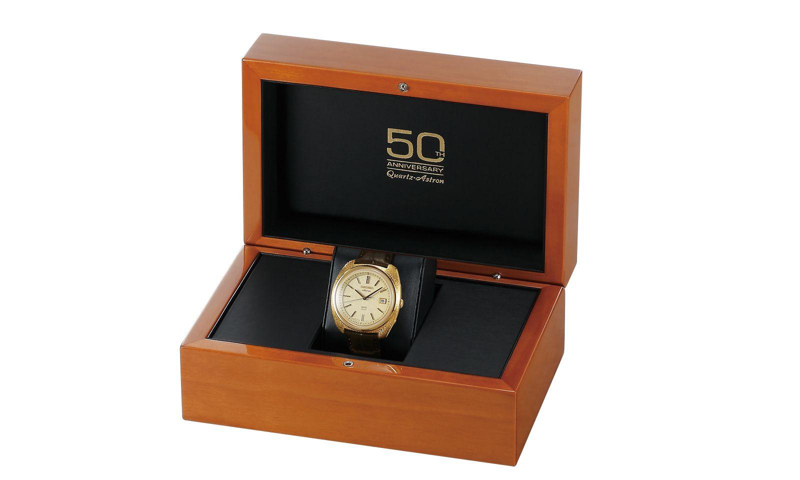Gut verpackt. Die Luxusquarzuhr kommt in einer Holzbox mit Jubiläumslogo.