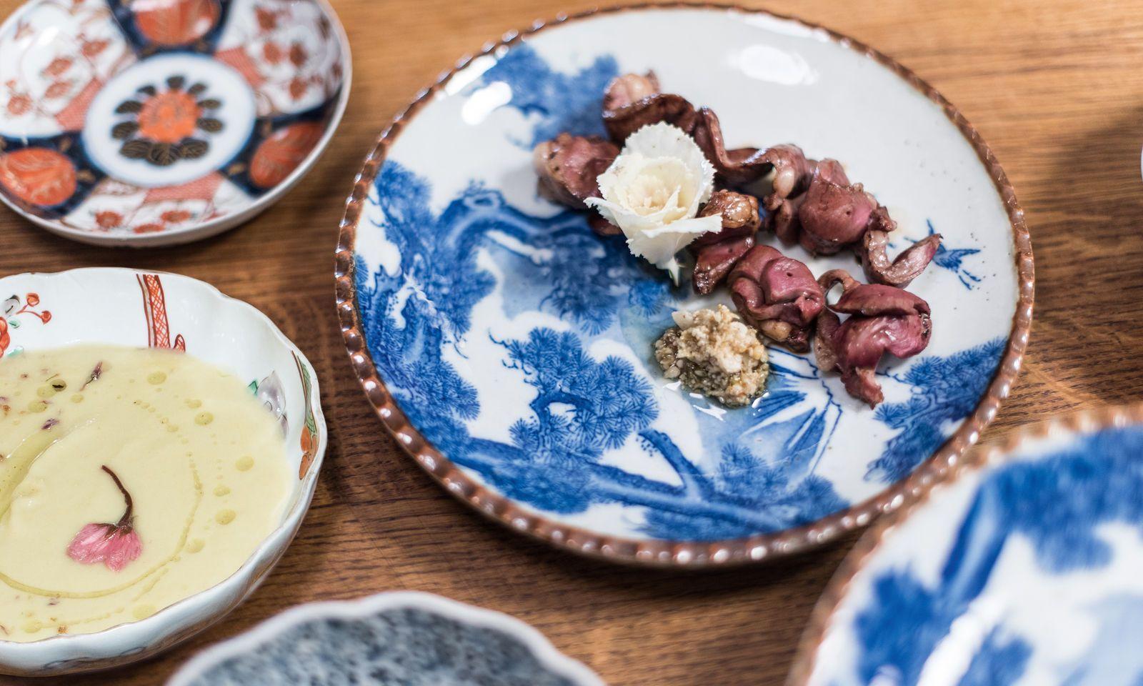 Souvenirs. Gegrilltes Lammherz mit Hollerblütenpesto auf japanischem Vintagegeschirr.