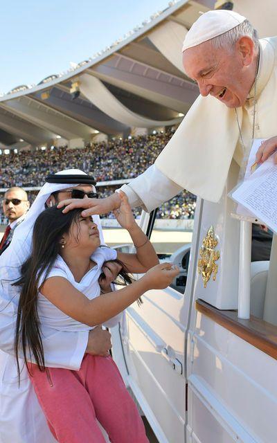 Der Papst ließ das Mädchen zu ihm durch.