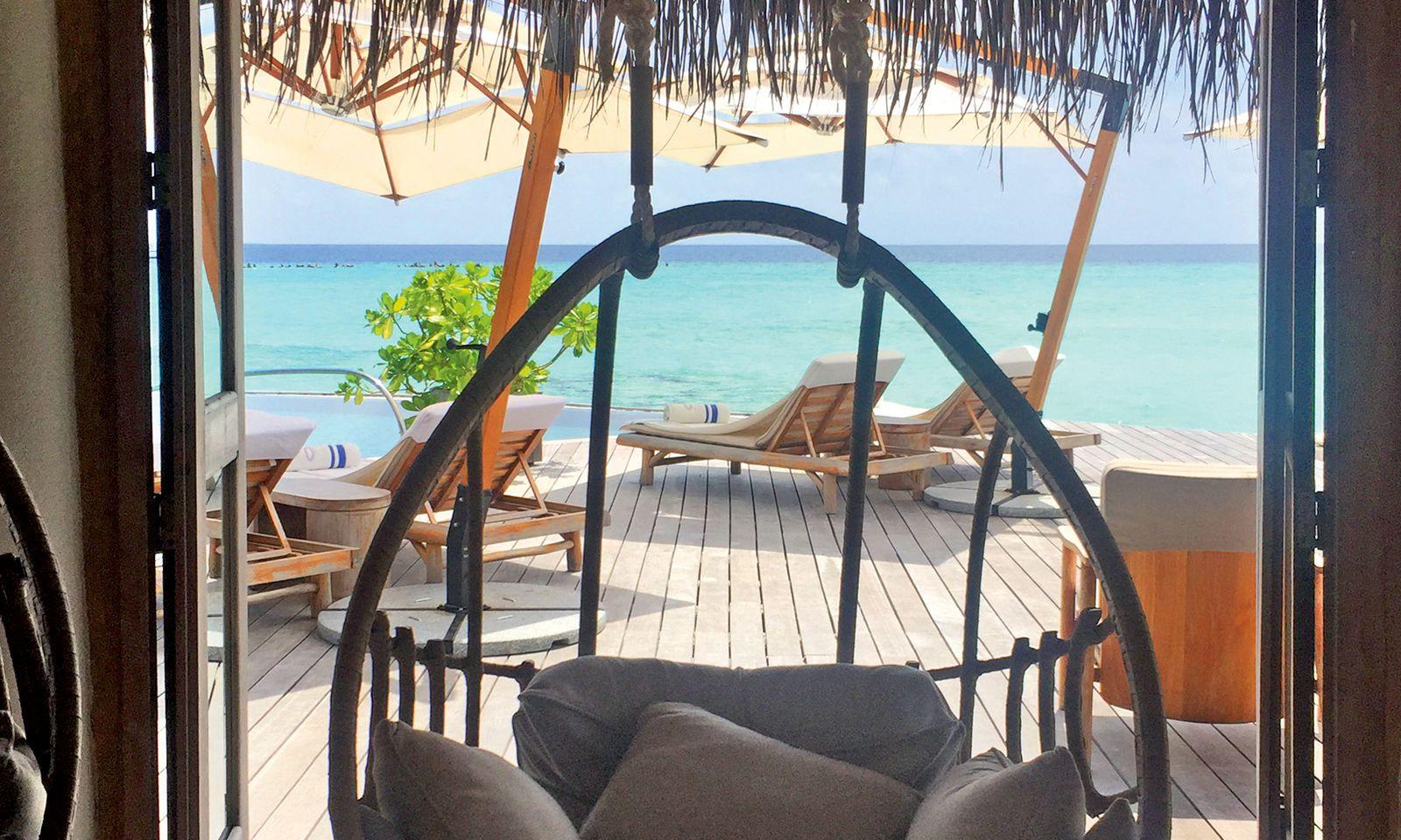 Weit weg. Platz nehmen und die Seele baumeln lassen. Auf den Malediven fühlt man sich entrückt.