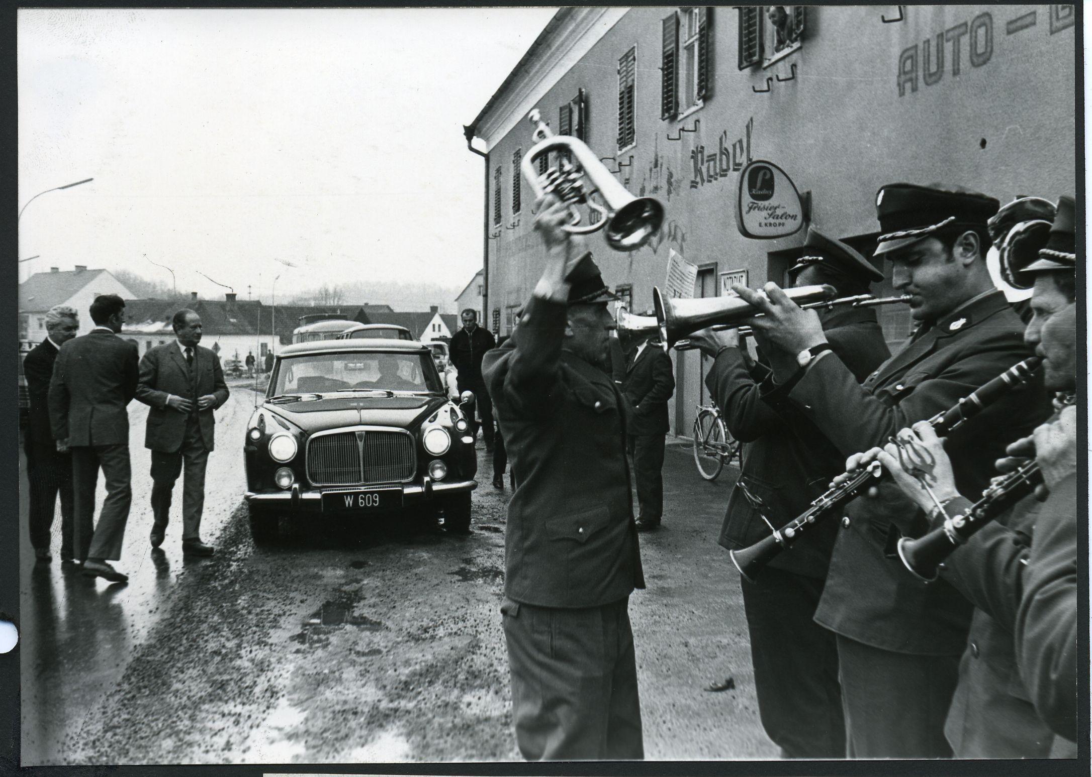 Auf Wahlkampftour 1970: Bundeskanzler Bruno Kreisky entsteigt Rover P5, ein Auto seiner Leibmarke.