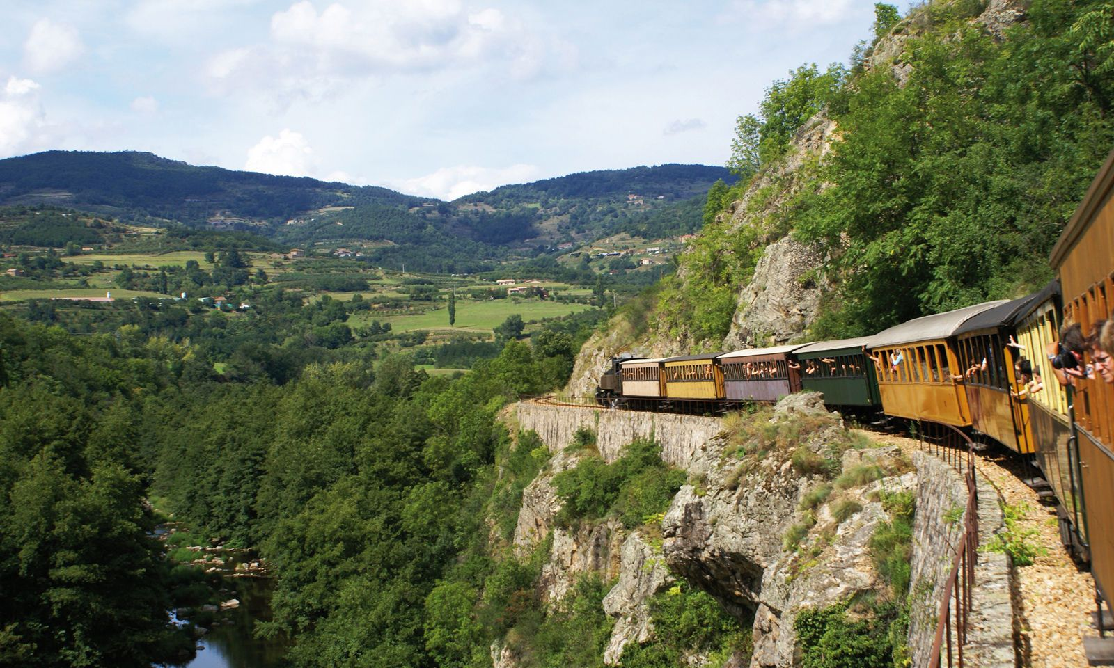 Die Museumsbahn schnauft die Ardèche entlang.